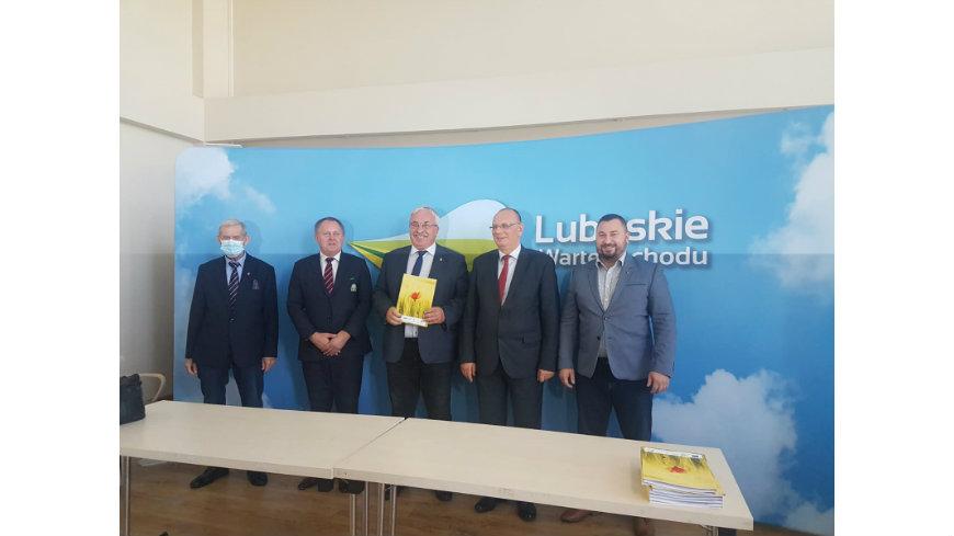 Gmina Krzeszyce z podpisaną umową w programie nawadniania boisk piłkarskich
