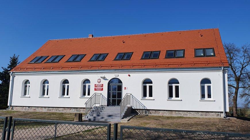 Biały budynek z pomarańczowym dachem