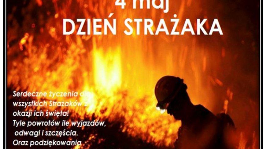 Strażak na tle płonącego lasu
