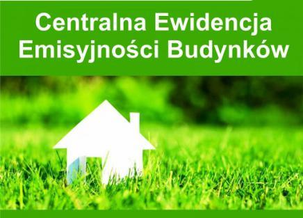 CEEB biały dom na zielonej trawie