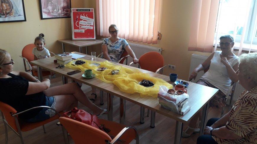 Kobiety siedzące przy stole.